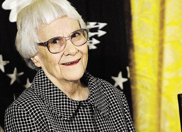 Harper Lee, dont le premier roman Ne tirez pas sur l'oiseau moqueur avait connu un succès planétaire, est morte à l'âge de 89 ans dans sa ville natale de Monroeville, dans l'Alabama.