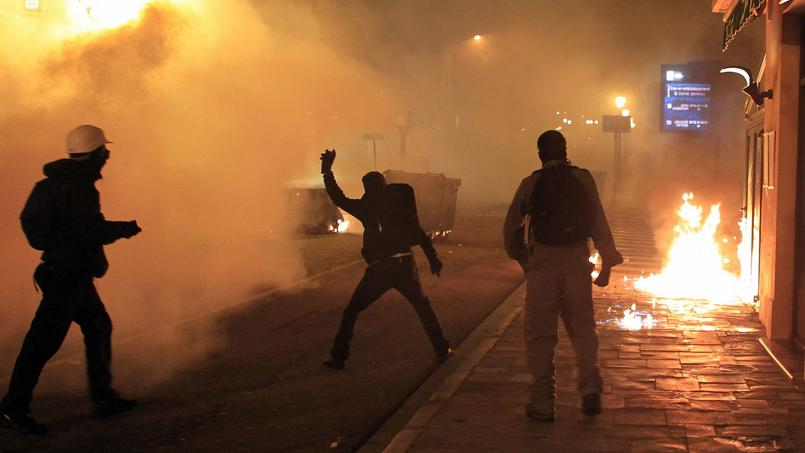 Des émeutiers lancent des cocktails molotov contre les forces de l'ordre, le 16 février 2016 à Corte.