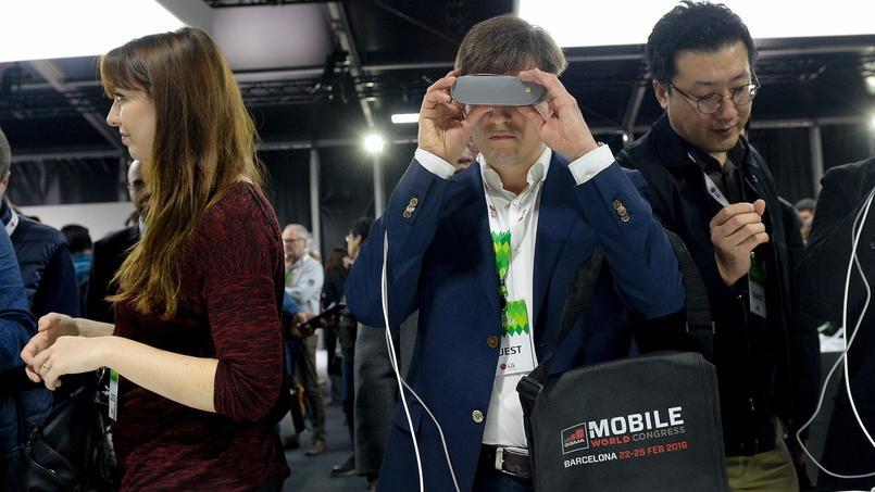 Le casque de réalité virtuelle de Samsung, le Gear 360, est doté d'une caméra qui permet de filmer en réalité virtuelle.