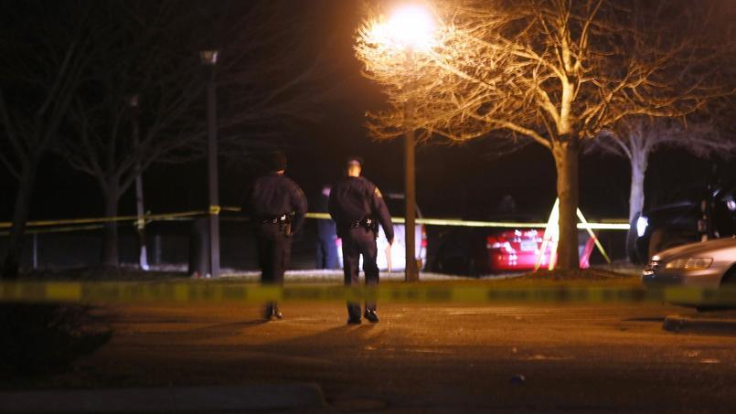 La police procédait aux relevés dans la nuit de samedi à dimanche aux abords du restaurant pris pour cible.