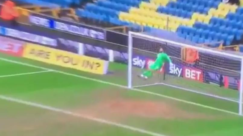 Le gardien de Millwall a réalisé un magnifique arrêt de la tête.