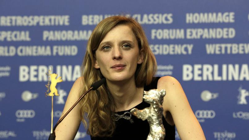 Mia Hansen-Love a reçu l'Ours d'or de la meilleure réalisatrice pour son cinquième film, L'Avenir, avec Isabelle Huppert dans le rôle principal. L'actrice y incarne une femme qui retrouve sa liberté après avoir été quittée par son mari.