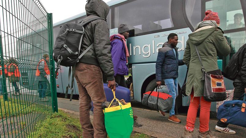 Des migrants volontaires quittent, jeudi, la «jungle» de Calais pour être acheminés vers d'autres régions de France.