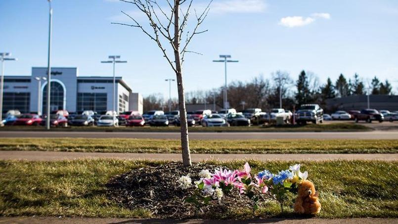 Des fleurs et un ours en peluche à proximité du concessionnaire Seelye Kia de Kalamazoo (Michigan), où deux personnes, un père et son fils, ont perdu la vie samedi soir.