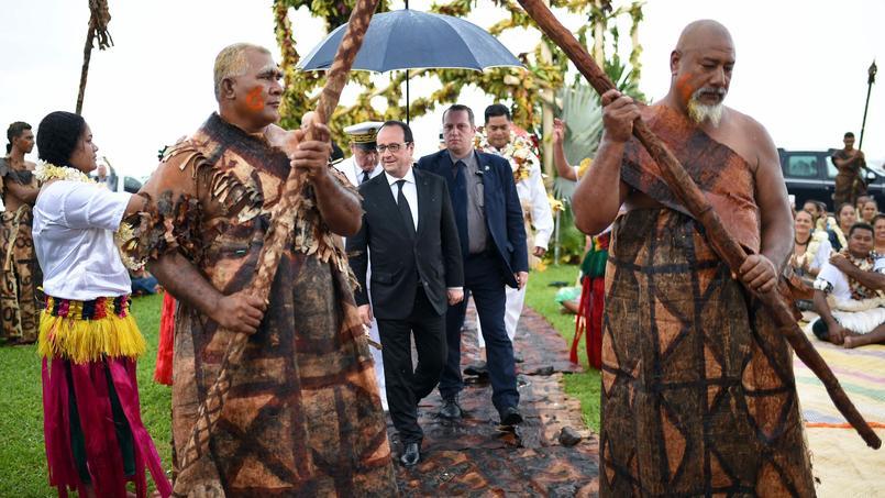 François Hollande arrive à la cérémonie de la chefferie d'Uvéa, l'un des trois royaumes que compte l'archipel de Wallis-et-Futuna.