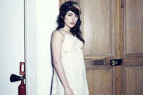 La chanteuse franco-israélienne du groupe Lilly Wood and the Prick commente la vidéo et dénonce: «Même dans un abattoir tourné vers le bio et le local, les animaux perdent la vie dans la souffrance.»