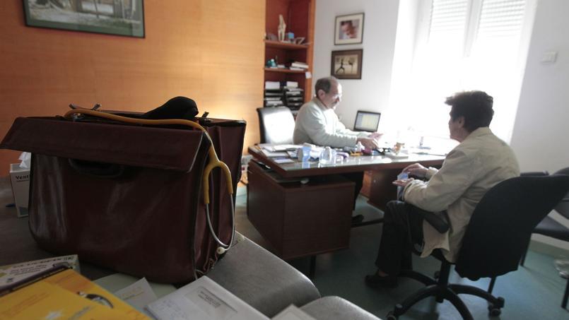 Un médecin avec une patiente, dans un cabinet de la Nièvre.