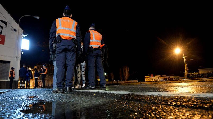 Des officiers de police belges lors d'une mission de contrôle à Adinkerke, mardi.