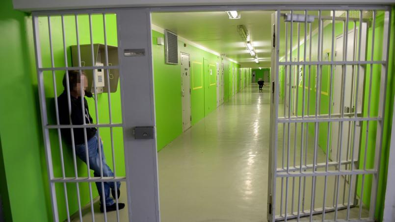 Des cabines télphoniques ont été mis à disposition des détenus dans les prisons. 30.000 portables ont été saisis en 2015.