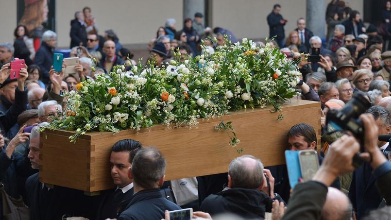 Des centaines de personnes étaient présentes aux obsèques d'Umberto Eco, le 23 février dans la cour du château des Sforza à Milan, à deux pas de l'appartement où l'intellectuel s'est éteint le 19 février.