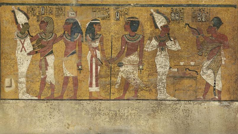 Le haut de la porte dissimulée dans le mur nord du tombeau se trouve au niveau des genoux de la représentation de Toutankhamon, le deuxième personnage en partant de la droite.