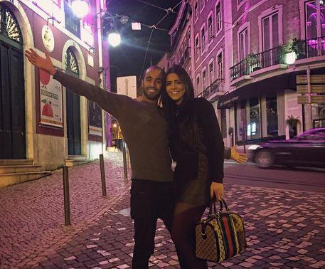 Lucas est parti à Lisbonne avec sa compagne (Crédit: Instagram)