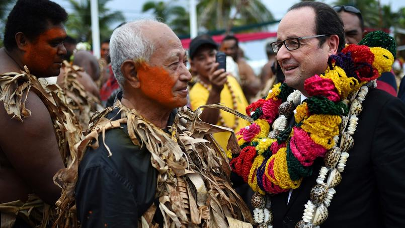 Un homme en tenue traditionnelle accueille François Hollande sur l'île de Futuna, lundi 23 février.