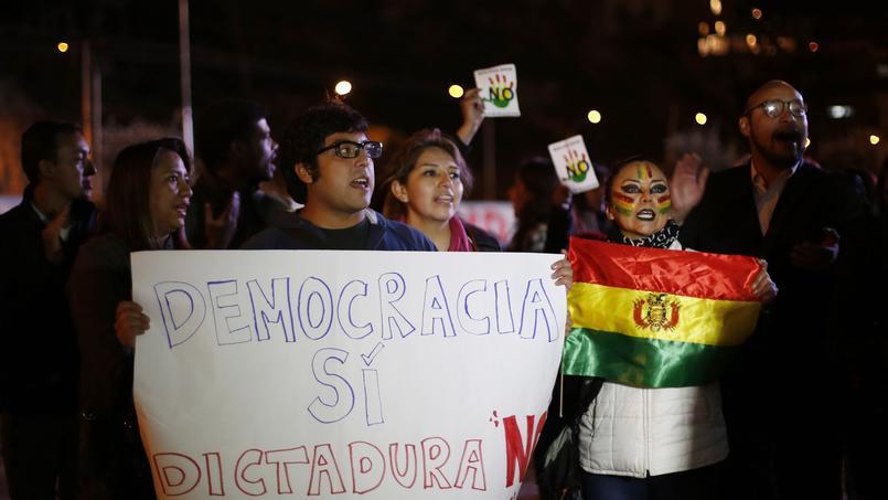 Des opposants à la réforme constitutionnelle revendiquent la victoire, lundi, dans le centre de La Paz.