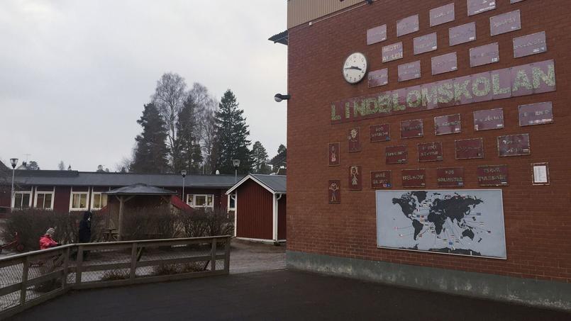 Des affiches disant «Bienvenue» en plusieurs langues ornent le mur d'une école à Signs Hultsfred en Suède.