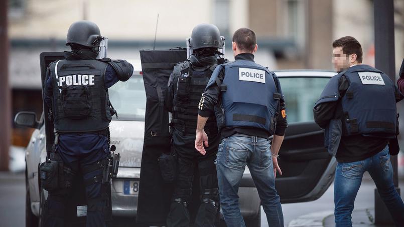 Des policiers de la BAC en position, le 9 janvier 2015, aux abords de l'épicerie kasher de la porte de Vincennes, où s'est déroulée la prise d'otages d'Amedy Coulibaly.