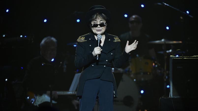 Selon certains fans et historiens, la présence constante de Yoko Ono au studio d'enregistrement avait accru les tensions entre les quatre membres du groupe.