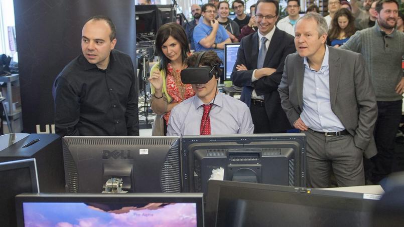 Yves Guillemot (droite) avec le premier ministre canadien Justin Trudeau (centre) dans les locaux d'Ubisoft Montréal.