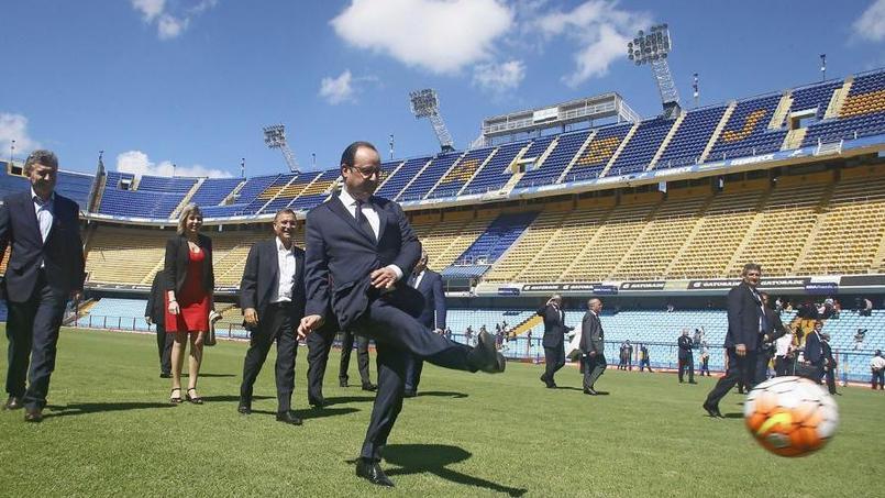 François Hollande inscrit un penalty en Argentine