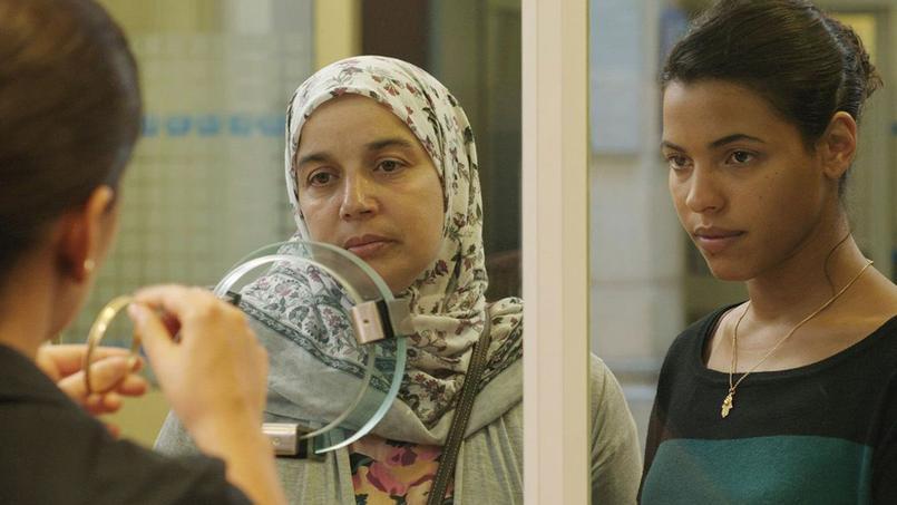 Fatima dresse le portrait d'une mère femme de ménage qui se bat pour offrir un avenir ensoleillé à ses filles.