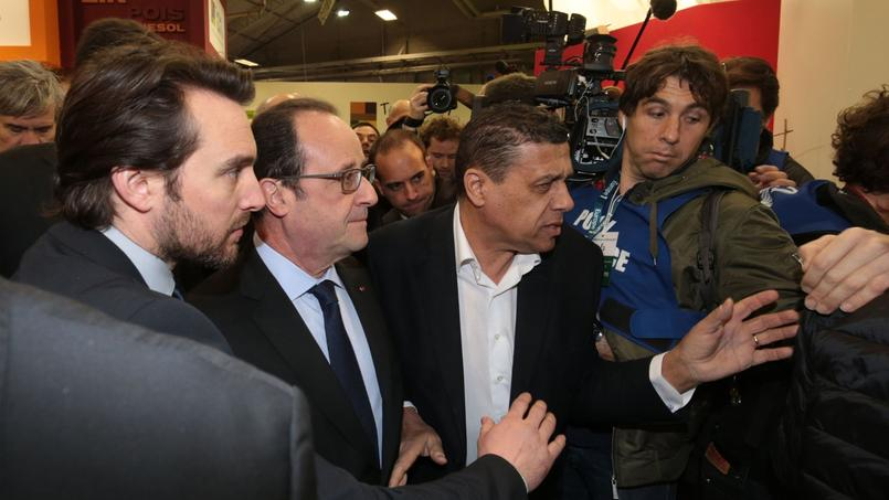 Une heure après le début de la visite de François Hollande, des éleveurs, revêtus pour certains de t-shirts noirs, ont hué le président en scandant «Démission».