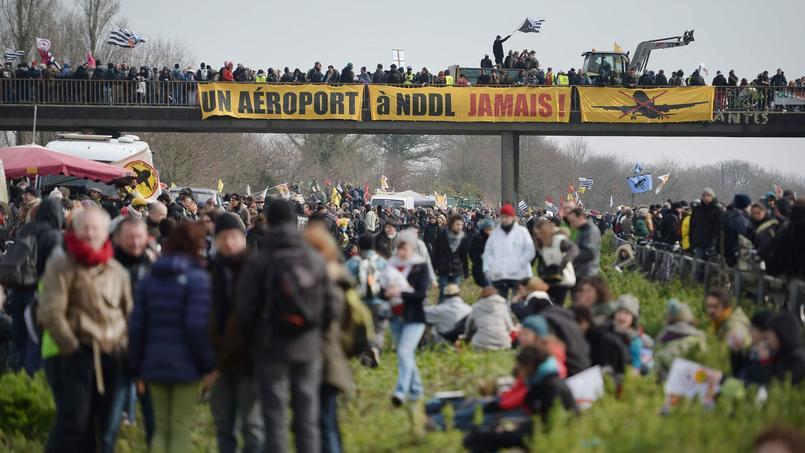 Les manifestants bloquent l'autoroute à Le Temple-de-Bretagne, le 27 février lors d'une manifestation contre le projet d'aéroport de Nortre-Dame-des-Landes.