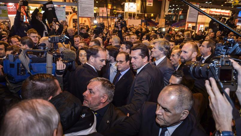 Les agriculteurs protestent lors du passage de François Hollande, le 27 février 2015 au Salon international de l'agriculture à Paris.