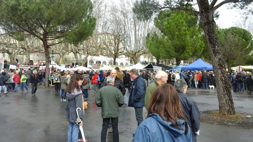 Les opposants au gaz de schiste ont commencé à se rassembler à Barjac dans le Gard pour protester contre une décision de justice qui autorise la multinationale Total à reprendre ses recherches de gaz de schiste. Crédits photo: Cécile Péguin/Twitter