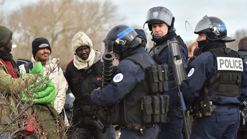 Des «No Borders», adeptes du «zéro frontières», sont venus semer le trouble «en intimidant les migrants», en empêchant plusieurs réfugiés de monter dans un bus à destination d'un Centre d'accueil et d'orientation (CAO) hors de Calais.