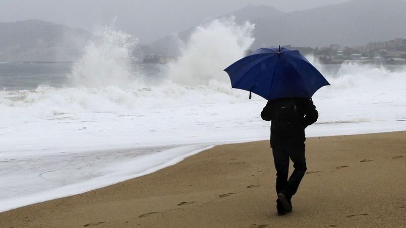 Des vagues s'écrasent sur une plage d'Ajaccio, dimanche. La Corse est alerte orange aux orages.
