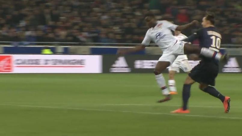 Ibrahimovic envoie valdinguer un Lyonnais un peu trop enthousiaste sur un but