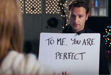 Capture d'écran YouTube de l'acteur Andrew Lincoln dans une scène culte du film Love Actually (2003) de Richard Curtis.