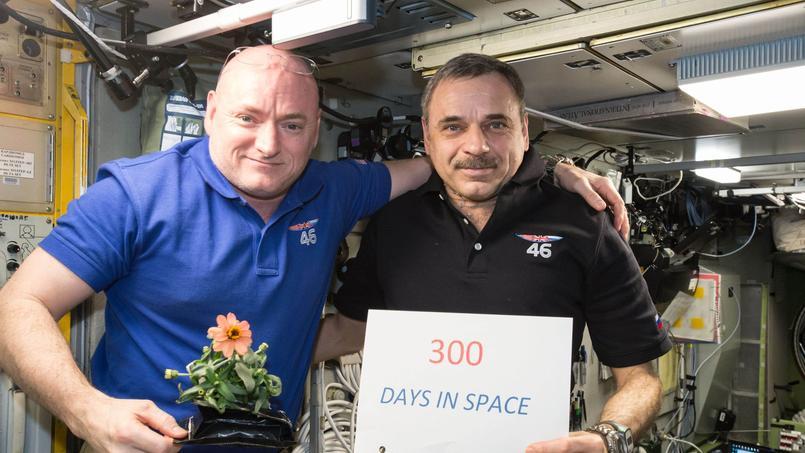 Le 21 janvier, Scott Kelly (à gauche) a posé aux côté de son collègue Mikhail Kornienko avec sa fameuse fleur cultivée en orbite pour célébrer ses 300jours passés dans l'espace.