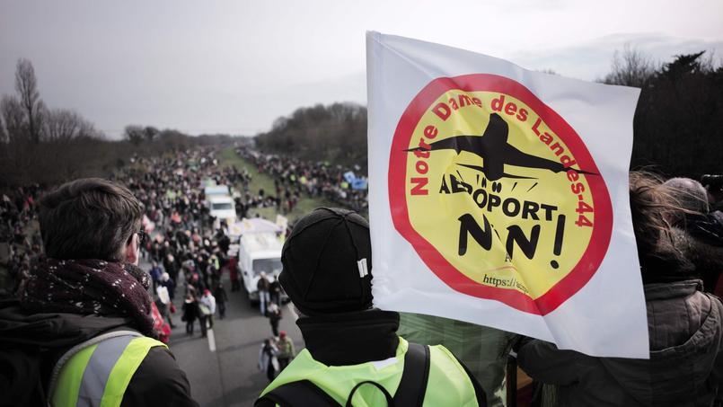 Au moins 15.000 manifestants se sont rassemblés, dimanche, près de Nantes, pour manifester contre le projet d'aéroport de Notre-Dame-des-Landes, pour lequel un référendum a été annoncé en février.