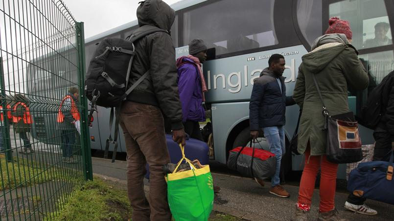 Des migrants volontaires quittent Calais.