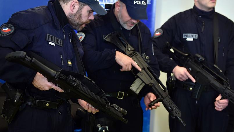 Des policiers manipulant des fusils d'assaut HK G36 à la préfecture de police de Paris, le 29 février 2016.