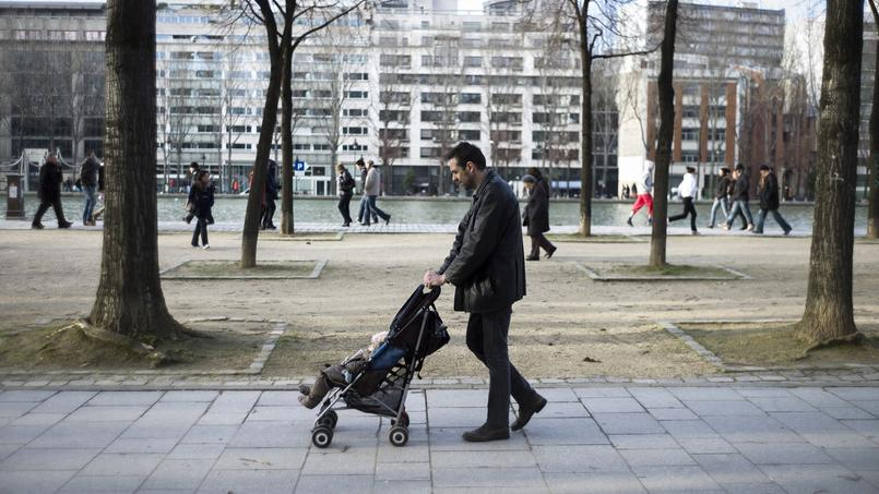 Peu d'hommes utilisent le congé parental en France. Crédits photo: FRED DUFOUR / AFP