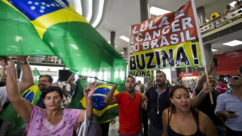 Des opposants de l'ex-président brésilien Luiz Inacio Lula da Silva ce vendredi devant les bureaux de polie où il a été entendu.