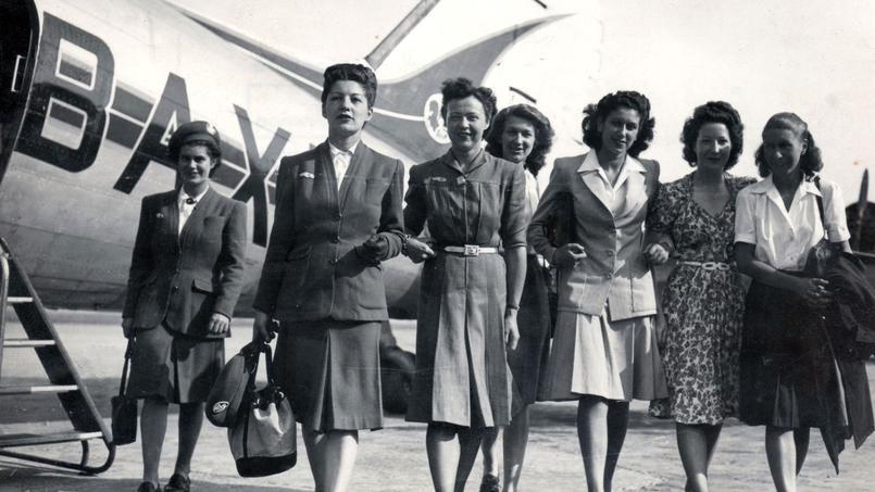 Ces jeunes femmes ont passé avec succès le barrage des sélections, elles participent au deuxième stage d'hôtesses de l'air d'Air France en 1946.
