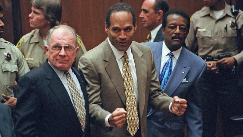 O.J. Simpson en 1995 alors qu'il vient d'être acquitté pour le meurtre de sa femme et du compagnon de celle-ci.