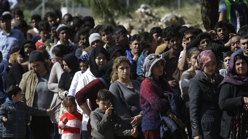 Jeudi, sur l'île de Samos en Grèce, des migrants attendent la distribution de repas.