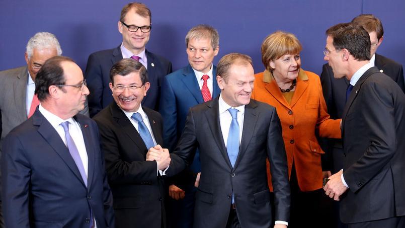 Au centre, le président du Conseil européen, Donald Tusk, serre la main du premier ministre turc Ahmet Davutoglu