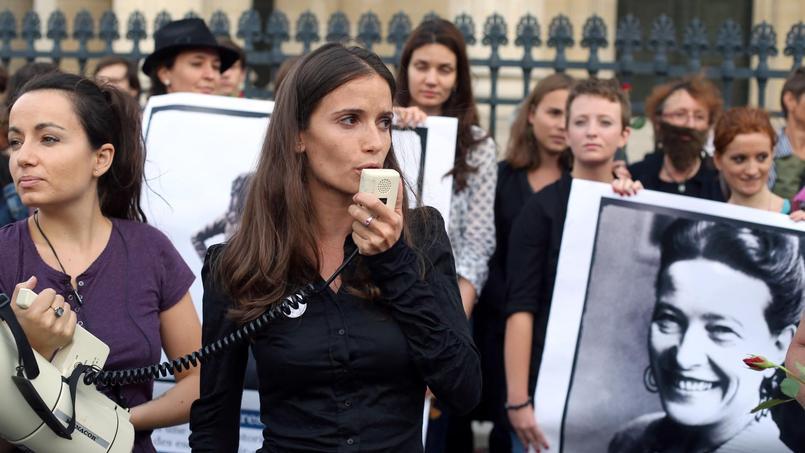 L'ancienne porte-parole d'Osez le féminisme!, Anne-Cécile Mailfert, lors d'une manifestation pour que plus de femmes fassent leur entrée au Panthéon, en août 2013. / crédits: Thomas Samson/AFP