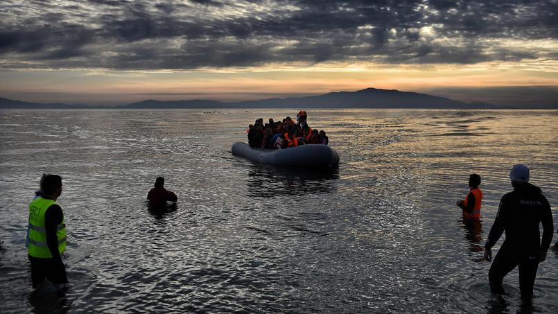 Un bateau de migrants arrive sur l'île de Lesbos en prvenance de Turquie, en février.