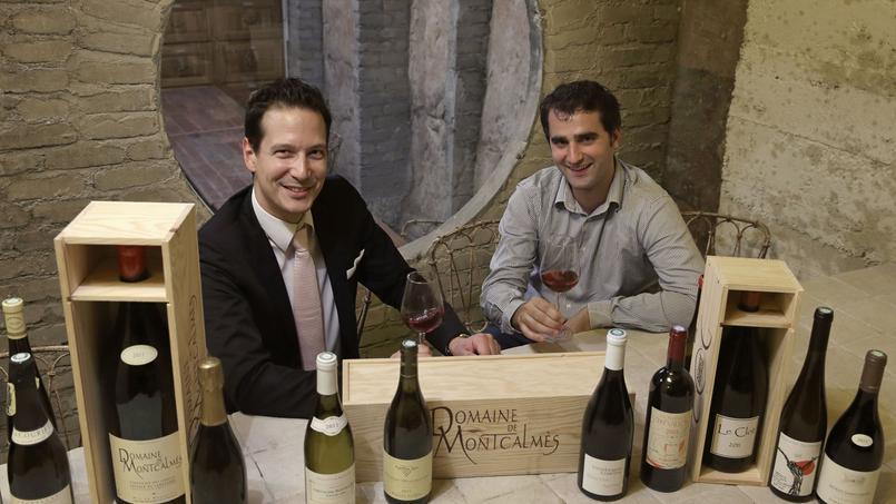 Matthieu Mondesert et Benoît Perrot, cofondateurs de Demain les Vins, posent à Issy-les-Moulineaux en 2014. Les deux hommes ont en partie financé leur entreprise grâce au crowdfunding en novembre 2013.
