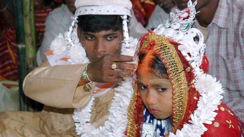 Un mari indien marquant le front de sa femme, beaucoup moins âgée que lui.