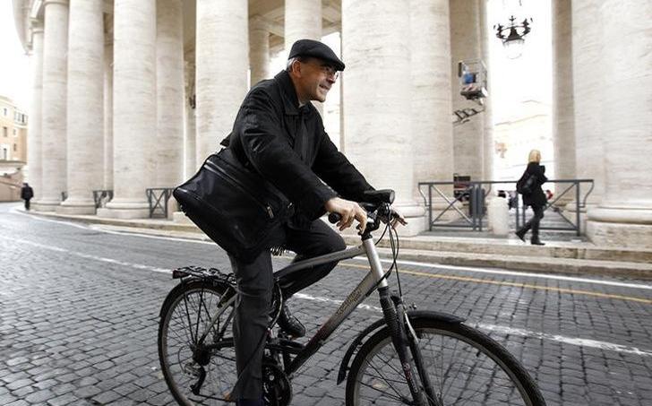 Philippe Barbarin, cardinal-archevêque de Lyon, se rendant au conclave à Rome, en mars 2013, pour élire le successeur de Benoît XVI.
