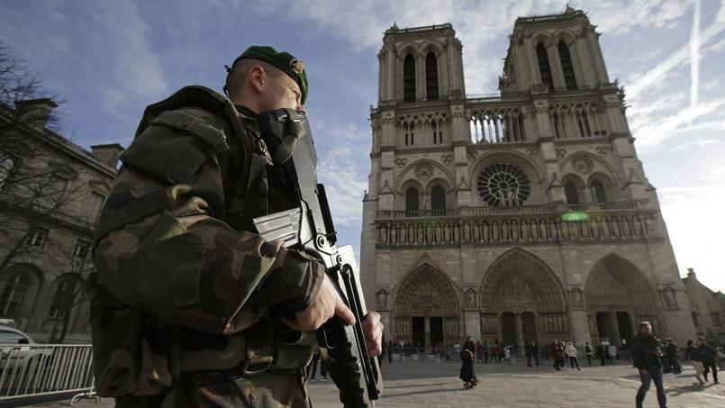 Un soldat français devant la cathédrale Notre-Dame, en décembre 2014.
