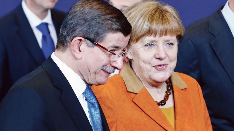 Le premier ministre turc, Ahmet Davutoglu, et la chancelière allemande Angela Merkel, lundi à Bruxelles, lors du sommet Europe-Turquie consacré aux migrants.