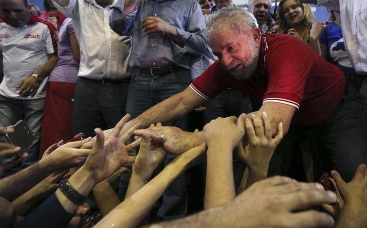 Lula est acclamé par ses partisans, après sa sortie de son interrogatoire par la police, à Sao Paulo, le 4 mars 2015.